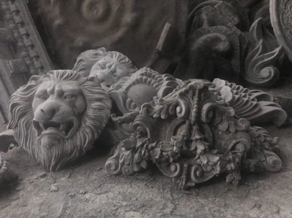 Phù điêu mặt sư tử